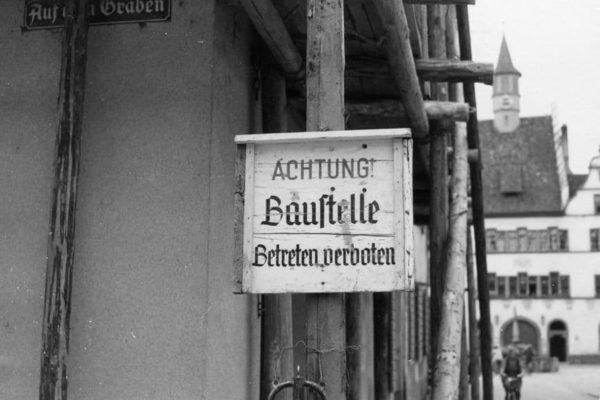 Baustellenschild am Geschäftshaus 1957