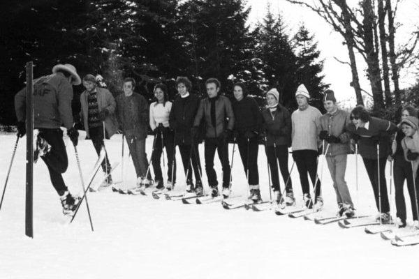 Skischul-Leiter Sepp Zimmermann weist die Skilehrer ein
